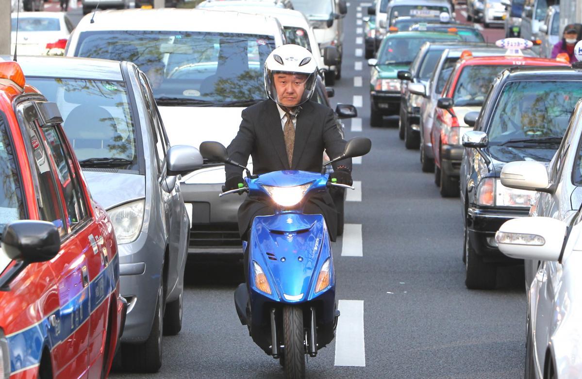 バイクで「すり抜け」は違反? 白バイ警官等に質問し、道交法を徹底調査してみた。【追越し・追抜き】