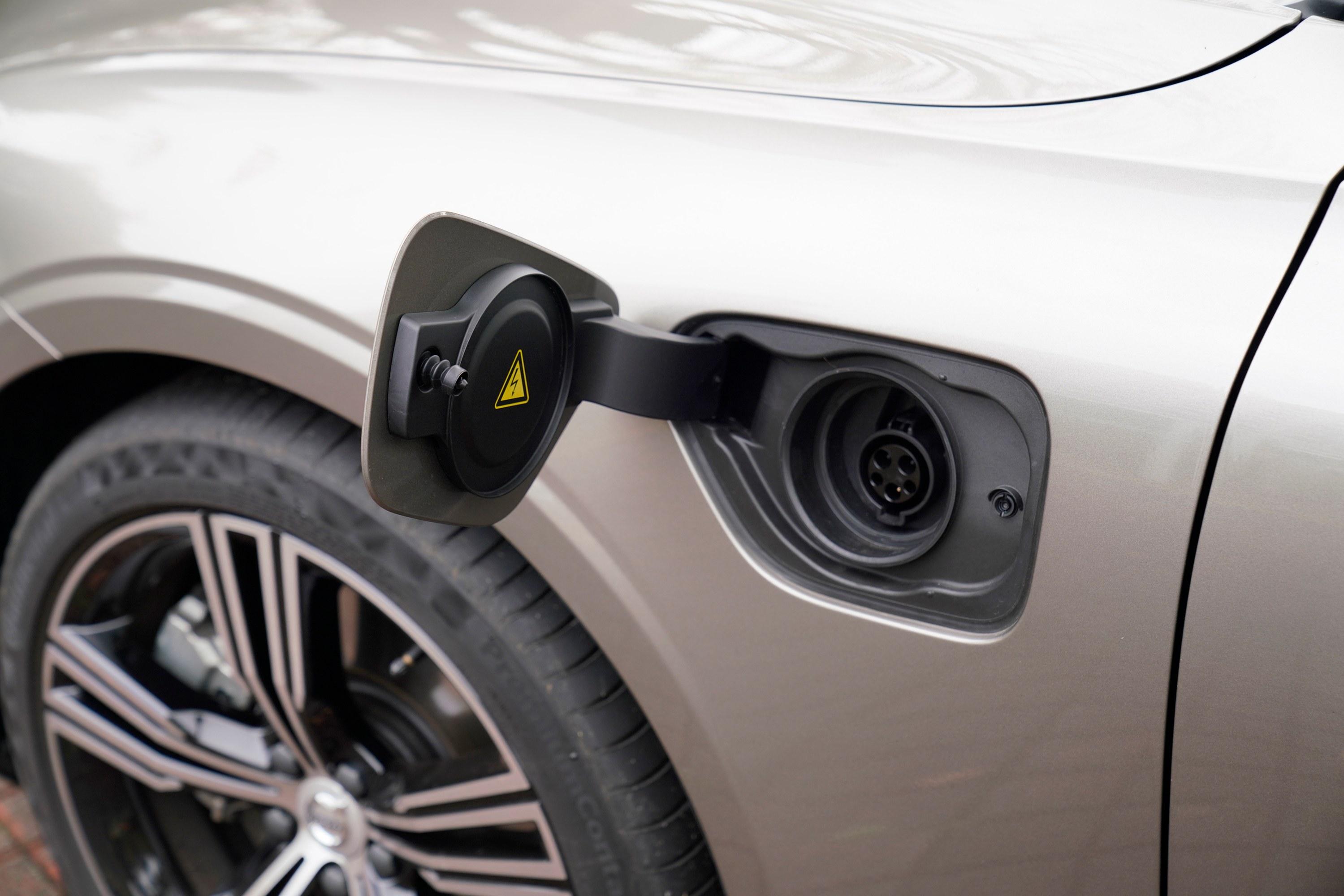 PHEVをそろそろ真剣に検討できる? 輸入車セダン市場に割って入るボルボ S60の魅力