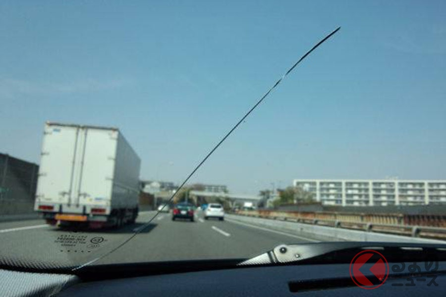 車のガラスにヒビが入ったらどうする? 被害を最小限に抑える対処方法とは