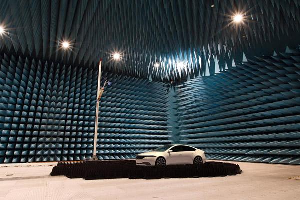 パナソニック 5G通信車の性能を測定できる大型電波暗室
