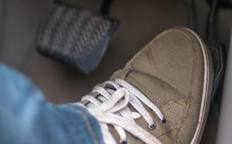 【高齢者ドライバーだけではない】多発するペダル踏み間違い事故をどう防ぐか?
