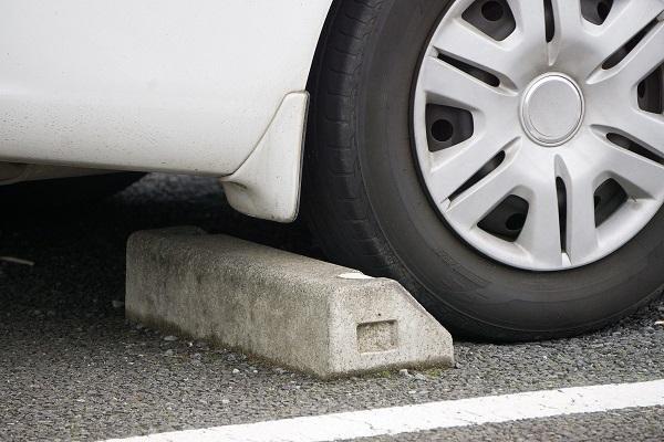 普通の車も要注意!? 車止めでボディを擦る「高さ」の実態と落とし穴