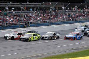 NASCAR:雨天順延のタラデガ戦はリプレイ判定の大接戦。フォードのブレイニーが優勝
