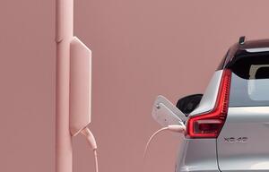 ボルボが「XC40」のピュアEV仕様を発表すると予告! 10月16日に初公開を予定