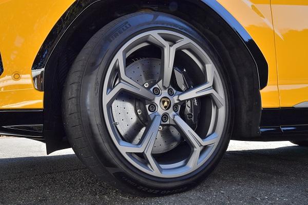 超ド級SUV!! 650ps3000万円超!! ランボルギーニウルス「猛牛」ぶりを堪能