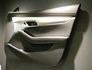 新型マツダ3のドアトリムの質感を実現する凹引き高精細表皮+NPM技術:南条装備
