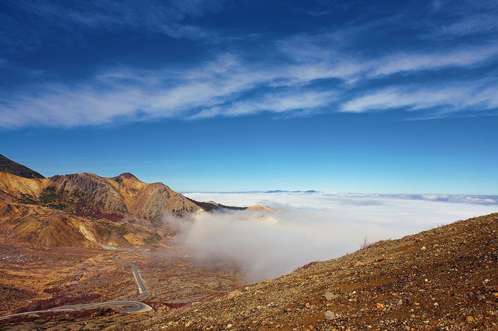 福島盆地を埋め尽くす雲の海が稜線の道に押し寄せてくる(福島県 磐梯吾妻スカイライン)【雲海ドライブ&スポット Route 19】