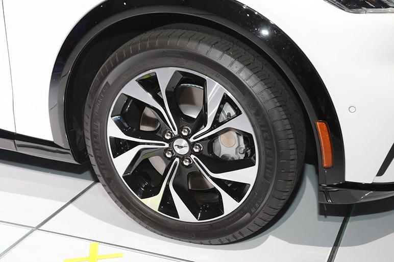フォード、電動SUVのマスタング マッハEをLAショーで発表。GTモデルは911GTSに並ぶ加速性能