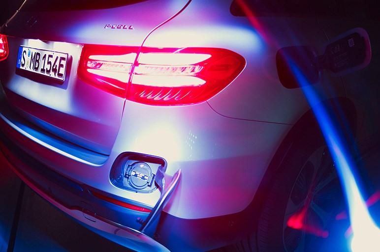 メルセデスの最新燃料電池車はやや複雑なプラグインハイブリッドで登場