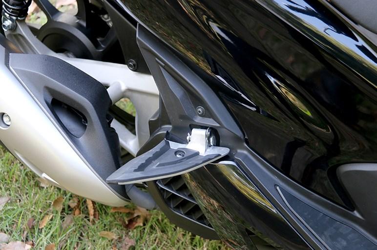 売れてるホンダ「PCX」試乗。250ccクラスのような存在感と安定した走りを持つがメットインは要チェック