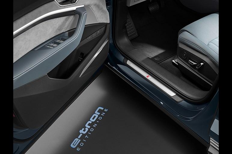 アウディ初の本格EV・e-tronにスポーツバックが追加。照射パターンを自在に操れるデジタルマトリクスLEDを初採用