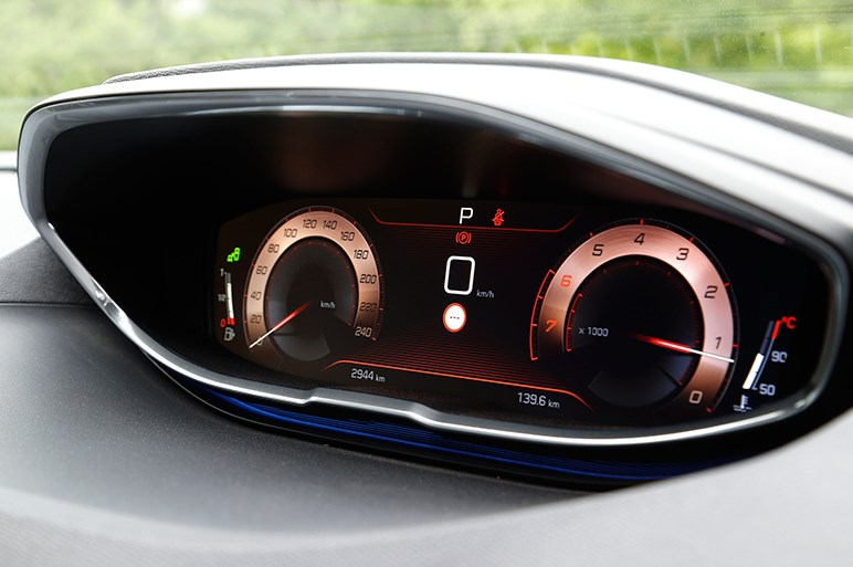 個性派SUV「プジョー3008」のガソリン仕様に試乗。買いグレードはどれだ?