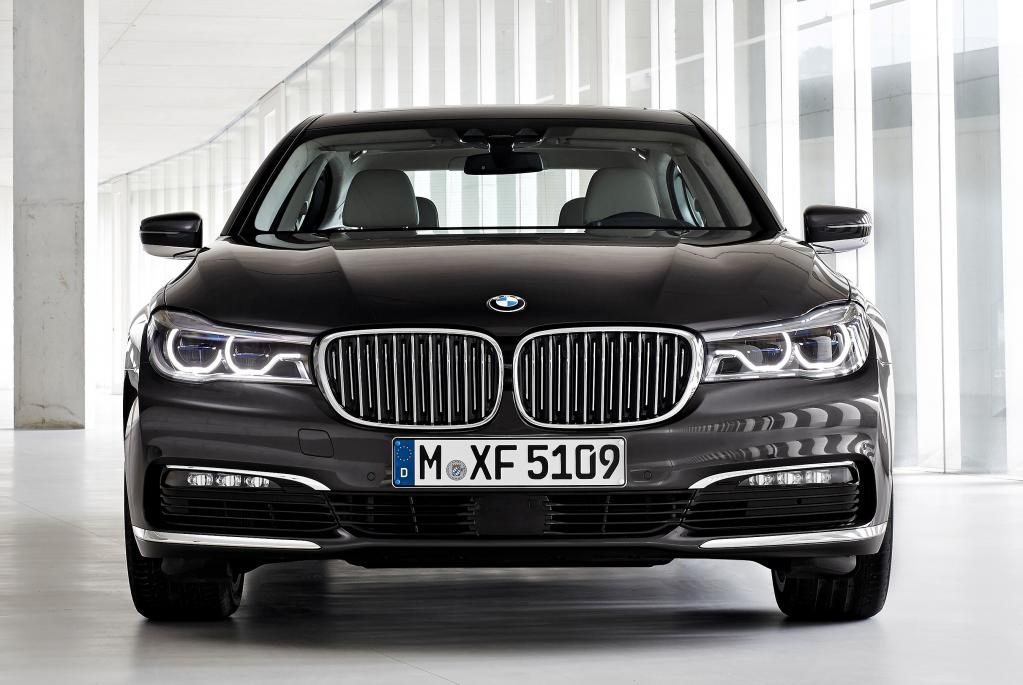 社長車にドイツ車……なんて夢のある話だろう アウディA8をメルセデス・ベンツSクラスやBMW7シリーズとサイズとかエンジンを比較した