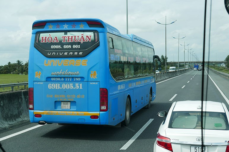 フォードのバンだらけ&2段ベッドのバスが走るホーチミン市