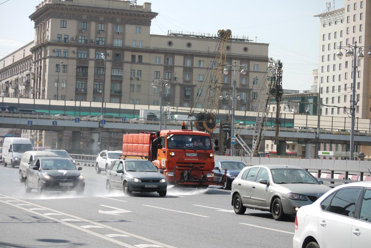 道路を美化してクルマを汚す! はた迷惑なモスクワ名物散水車軍団とは