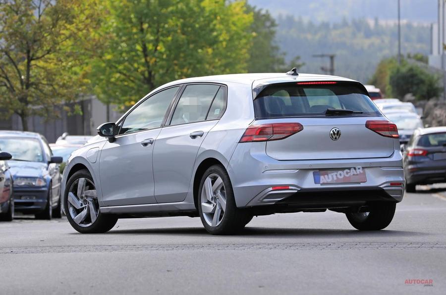 新型VWゴルフのPHEV車 ほぼ偽装なしの姿で路上テスト中 204psと245psの2種