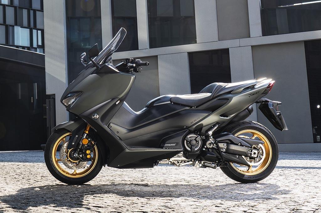 ヤマハのスポーツスクーター、「TMAX」が排気量をUPした新エンジンを搭載し発売!