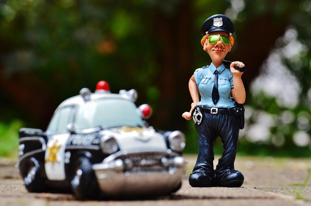 気になるテレビや動画を見ながら運転、違反なの?罰金は?