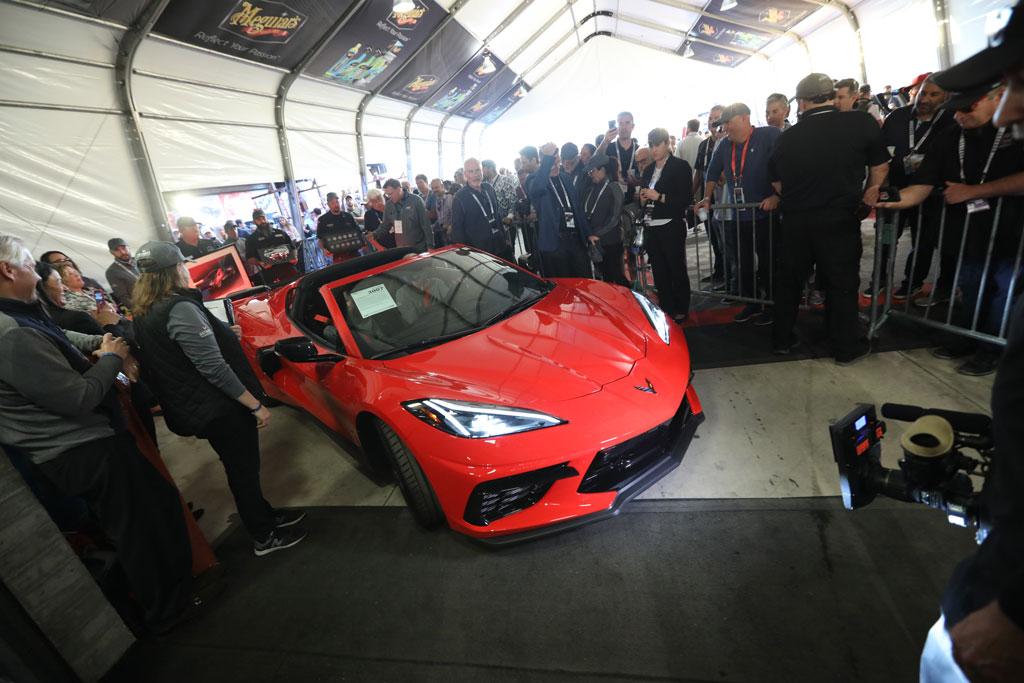 大変身した新型「シボレー・コルベット」の第1号車がデトロイトの子どもたちに300万ドルをもたらす!