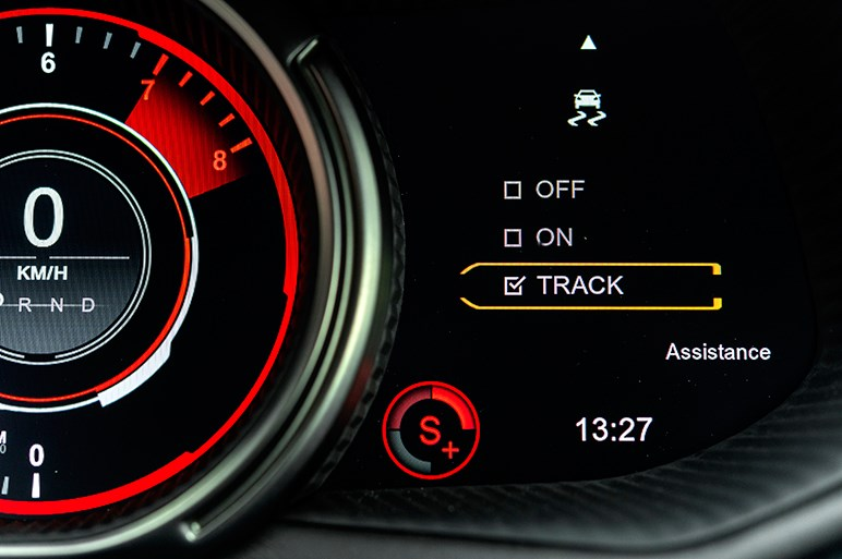 英国版グランドツアラー、アストンDB11の高性能版AMRを走らせた