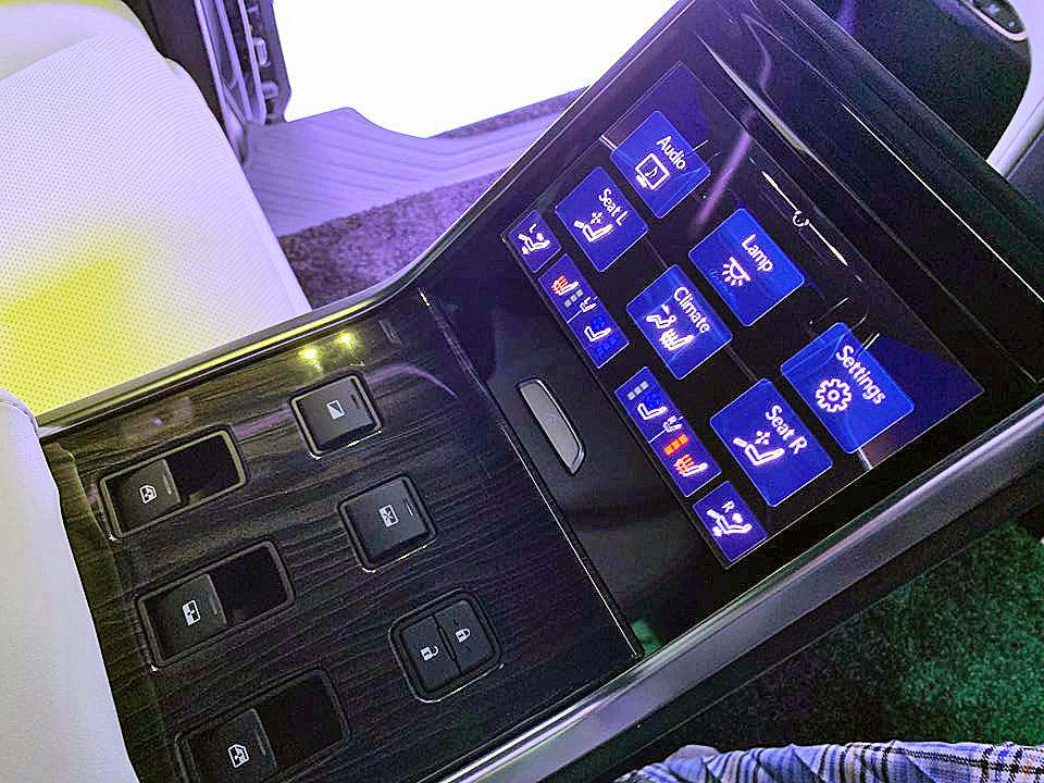 レクサス初のミニバン「LM」は1000万円超!究極のおもてなしをする4人乗り仕様を設定