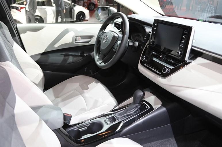 日本もほぼこの形。トヨタ カローラ新型セダンは若者を意識したデザインに