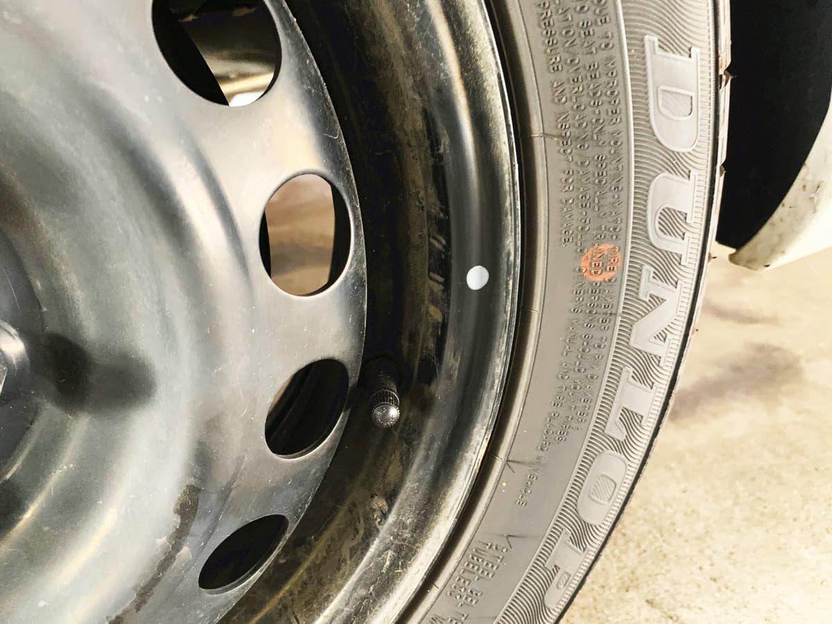 新品タイヤにある赤や黄色のマークやヒゲの意味は?【明日から使えるムダ知識】