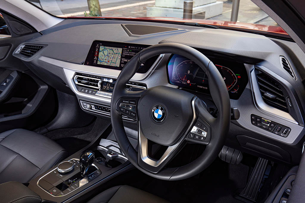 【比較試乗】「メルセデス・ベンツ A200d vs BMW 118iプレイ vs アウディ A3 スポーツバック 30 TFSI SPORT」コンパクトハッチの覇権争いを制するのは?