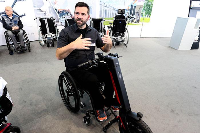 欧州最大の福祉機器展「REHACARE(リハケア)2018」で見つけた! 最高時速20km! 車いすを電動化する脱着式の「e-pilot(eパイロット)」