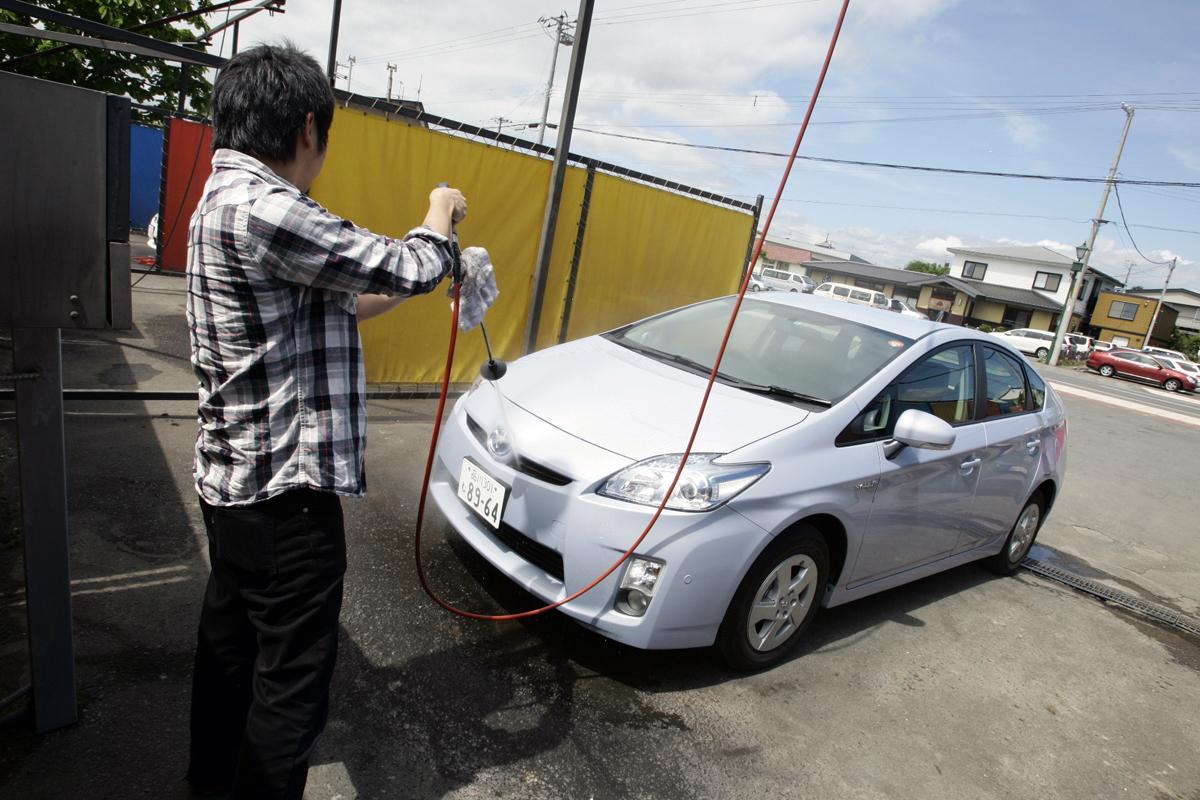 【故障しそうだが大丈夫?】クルマの給油口・ラジエター・エンジンなどは洗車の際に洗ってもいいのか