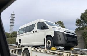 輸送中のトヨタ新型ハイエースを東名高速で目撃。いったいなぜ国内に?