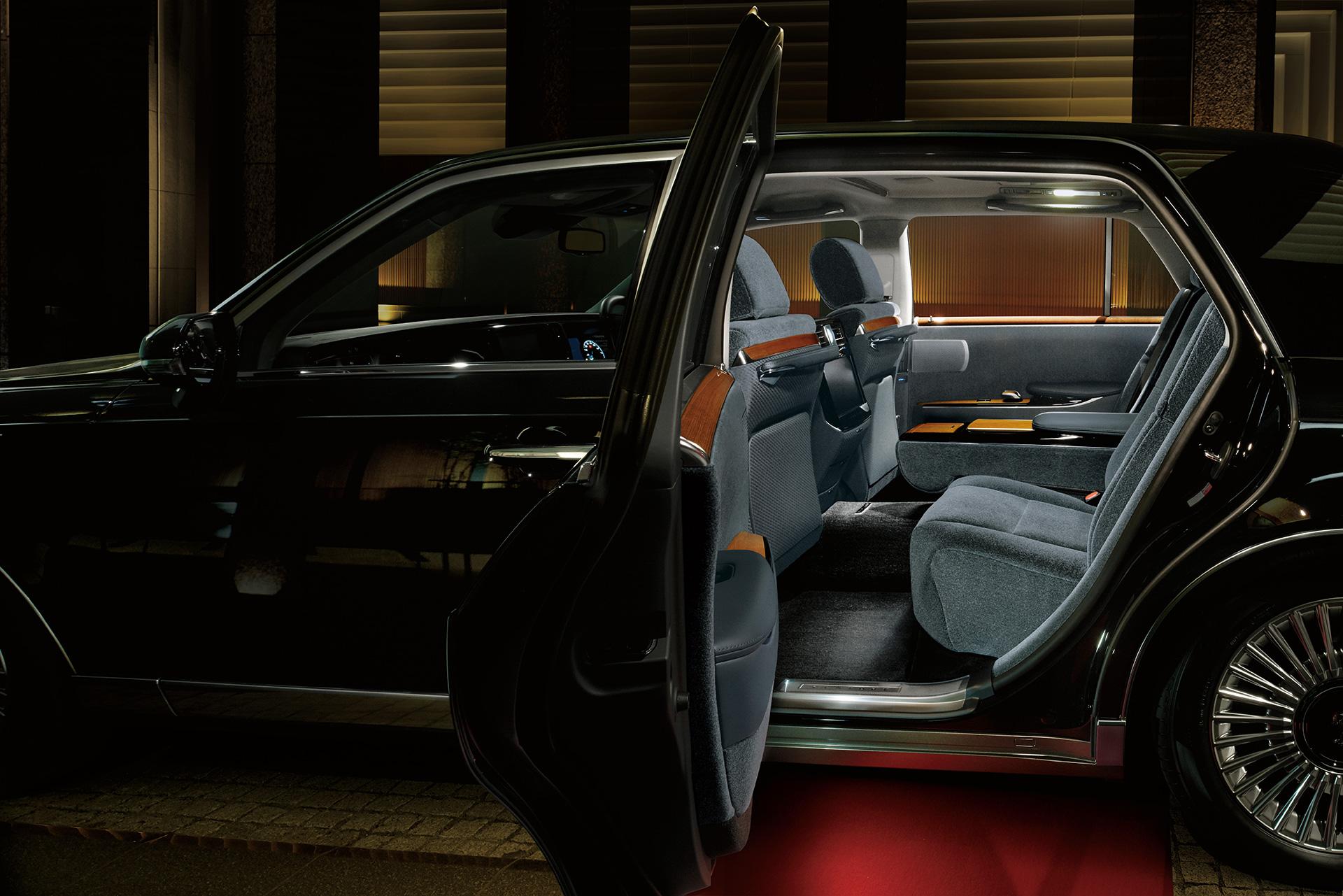 あなたは後席派?それとも運転席派?トヨタ センチュリーが20年以上の時を経てフルモデルチェンジを果たす
