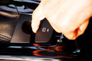 進化したクルマのサイドブレーキ「電動パーキングブレーキ」って? 仕組みとメリット&デメリットを知る