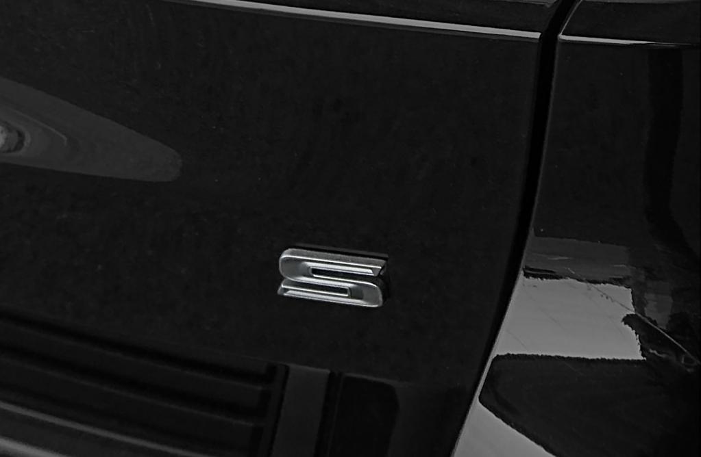 """ジープ グランド チェロキーに、上級モデル""""サミット""""と高性能モデル""""SRT8""""の良いとこ取りした限定車が誕生"""