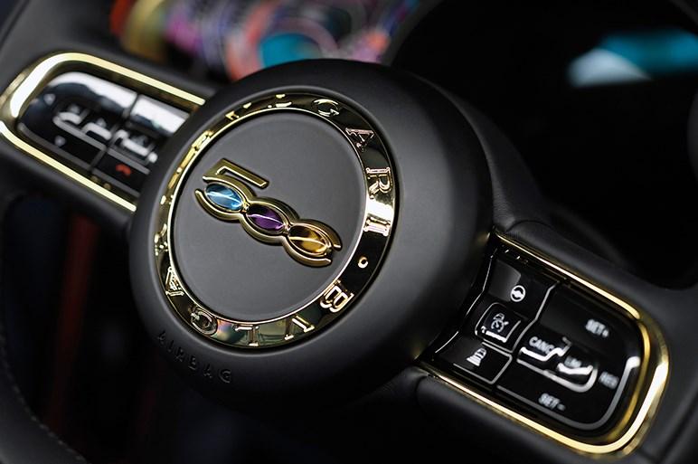 完全に一新されたはずなのに現行ガソリン車と見分けがつかない新型EV、フィアット500eはどこが違うの?