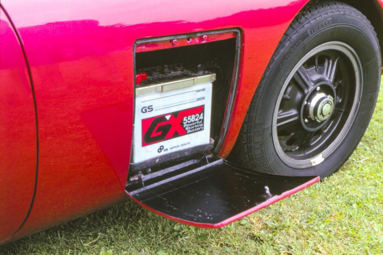 【くるま問答】トヨタ2000GTのサイドにある四角い部分には何が入っているのか?
