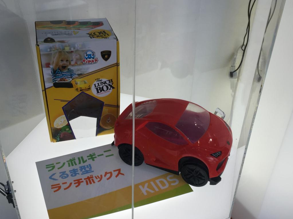 スピーカーもちり紙ケースもクルマのカタチだから楽しいぞ♪ 車好きの心をくすぐる雑貨を発見! その3【東京オートサロン2019】