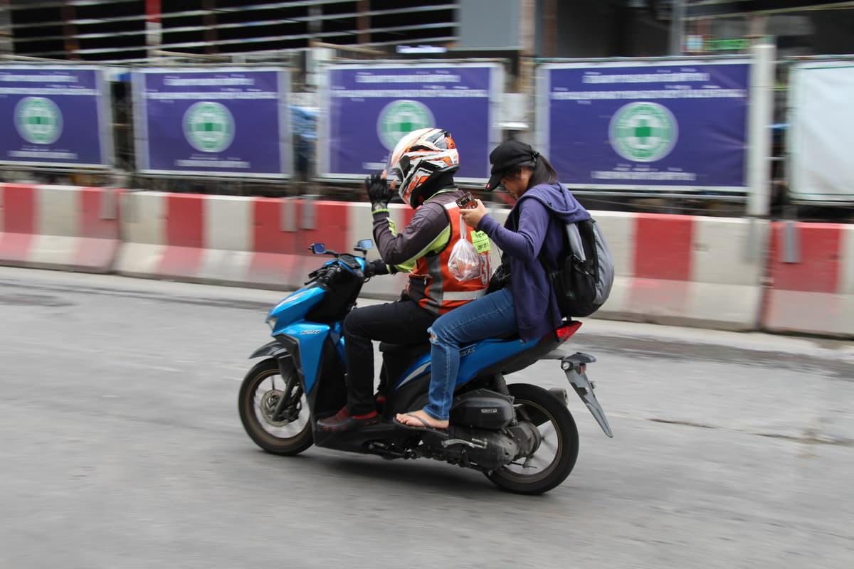 バイクとクルマがカオス!高い運転スキルが必要なタイの交通事情