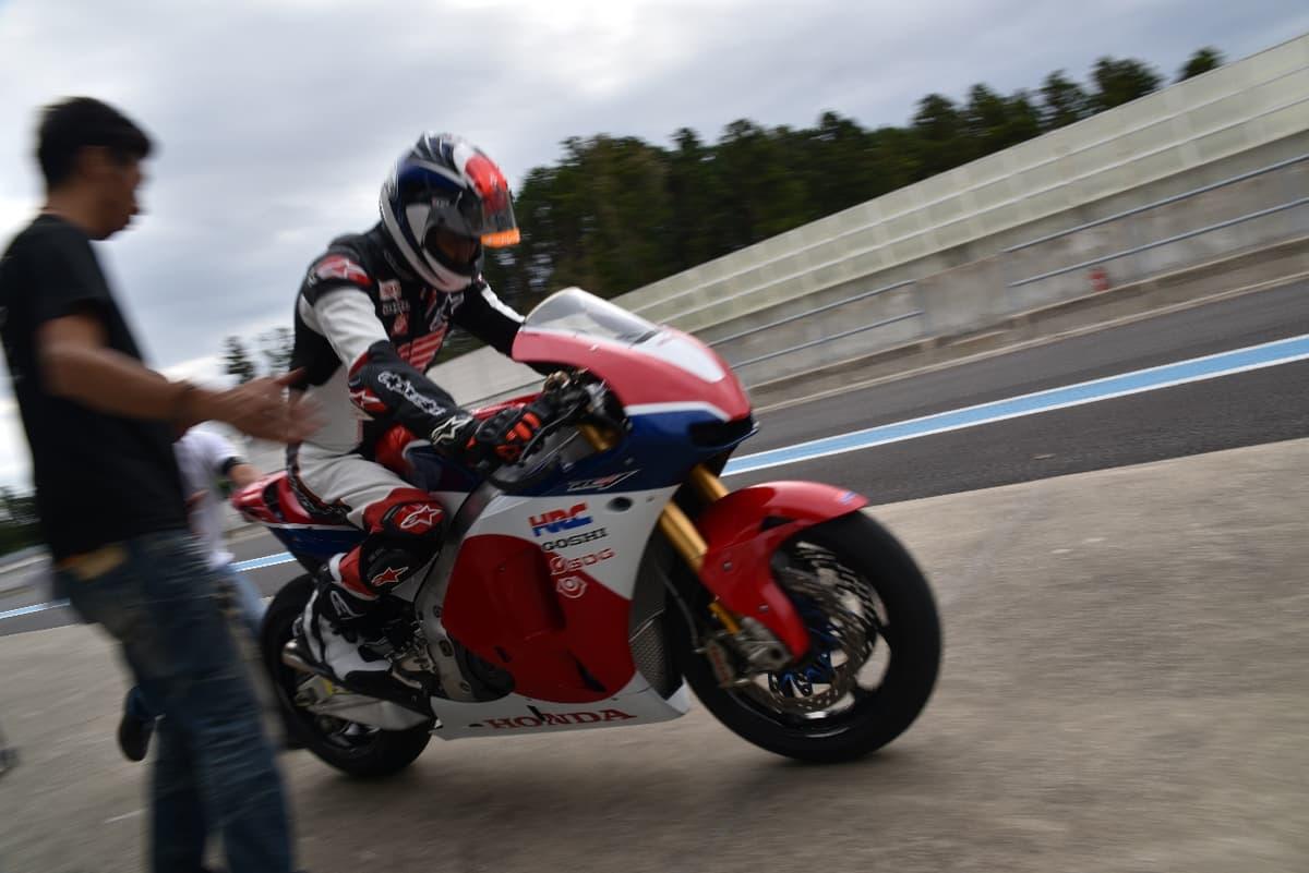 10月17日、車いすの元GPレーサー青木拓磨がバイクでツインリンクもてぎを走る!