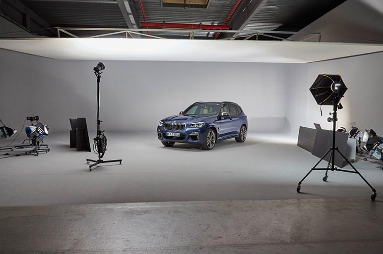 発表されたばかりの新型X3をスタジオで特別取材。エンジンラインアップも紹介