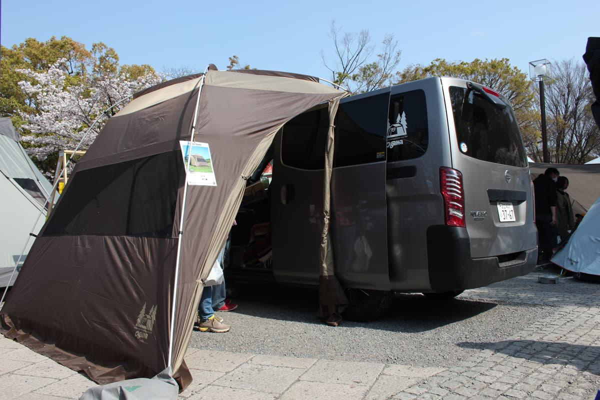クルマをくつろぎ空間に!居住性を高めるキャンプグッズ5選