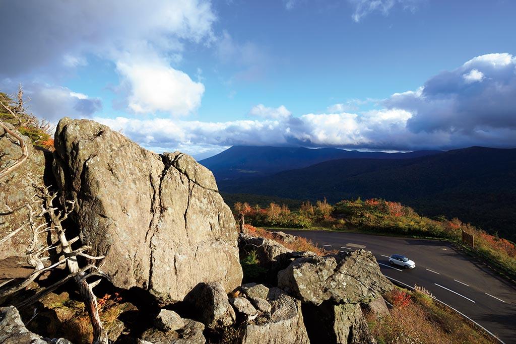 雲の上にそびえる南部富士を振り返りながら峠を越える(岩手県 八幡平アスピーテライン)【雲海ドライブ&スポット Route 15】