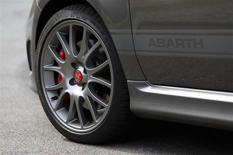 アバルト595コンペティツィオーネ試乗。改良版の走りはどう変わった?
