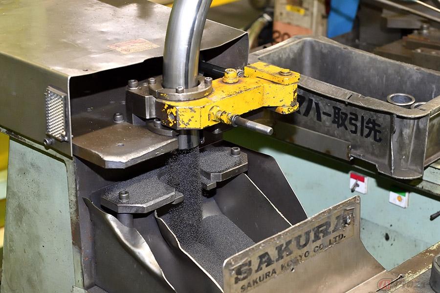 ヤマハ「SR400」のエキパイが中空二重構造のわけ どうやって曲げる? 製造現場に直撃取材