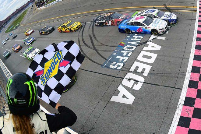 NASCAR第31戦:降雨中断と3度の多重クラッシュが起きる大混戦をフォードのブレイニーが0.007秒差で制す
