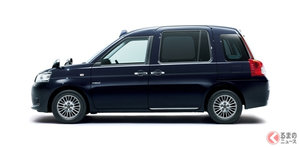 なぜタクシーは新型でも「フェンダーミラー」? ドアミラーに変えない理由