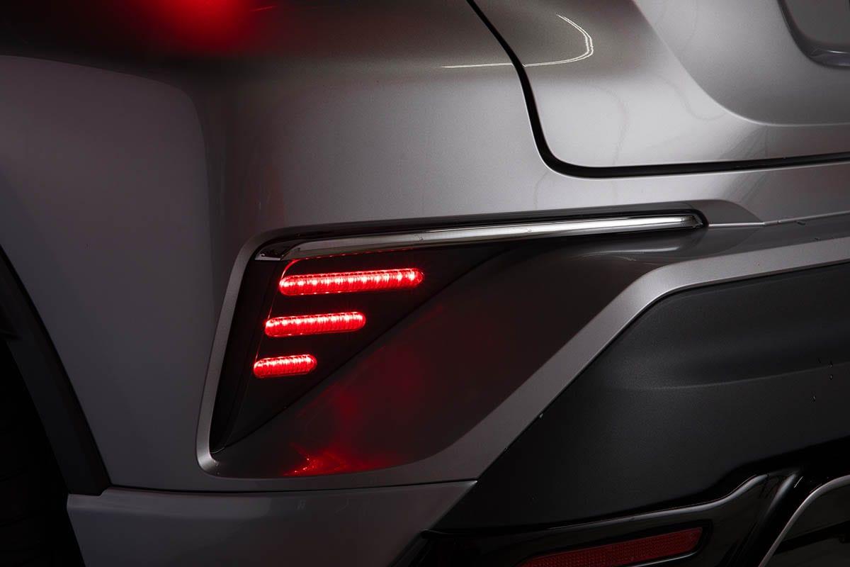 シーケンシャルはもちろん、サイドマーカーが渋い! C-HRのリアビューを激変させるサイバーなLEDテールランプ