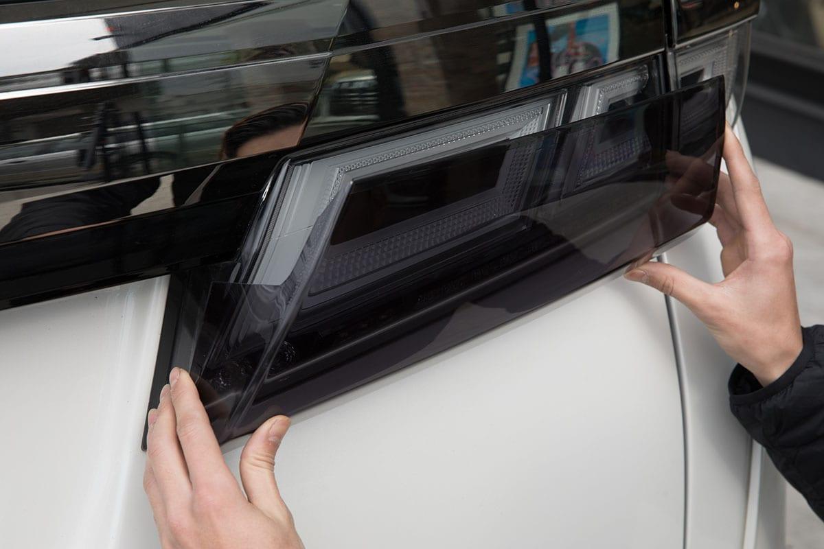 貼り付けるだけでリアが変わる! シックスセンスの30後期トヨタ・ヴェルファイア用お手軽レンズカバー