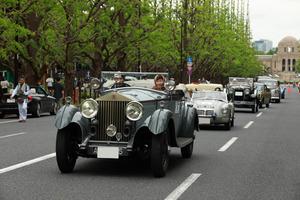 東京の中心を60台の絢爛クラシックカーがパレードラン