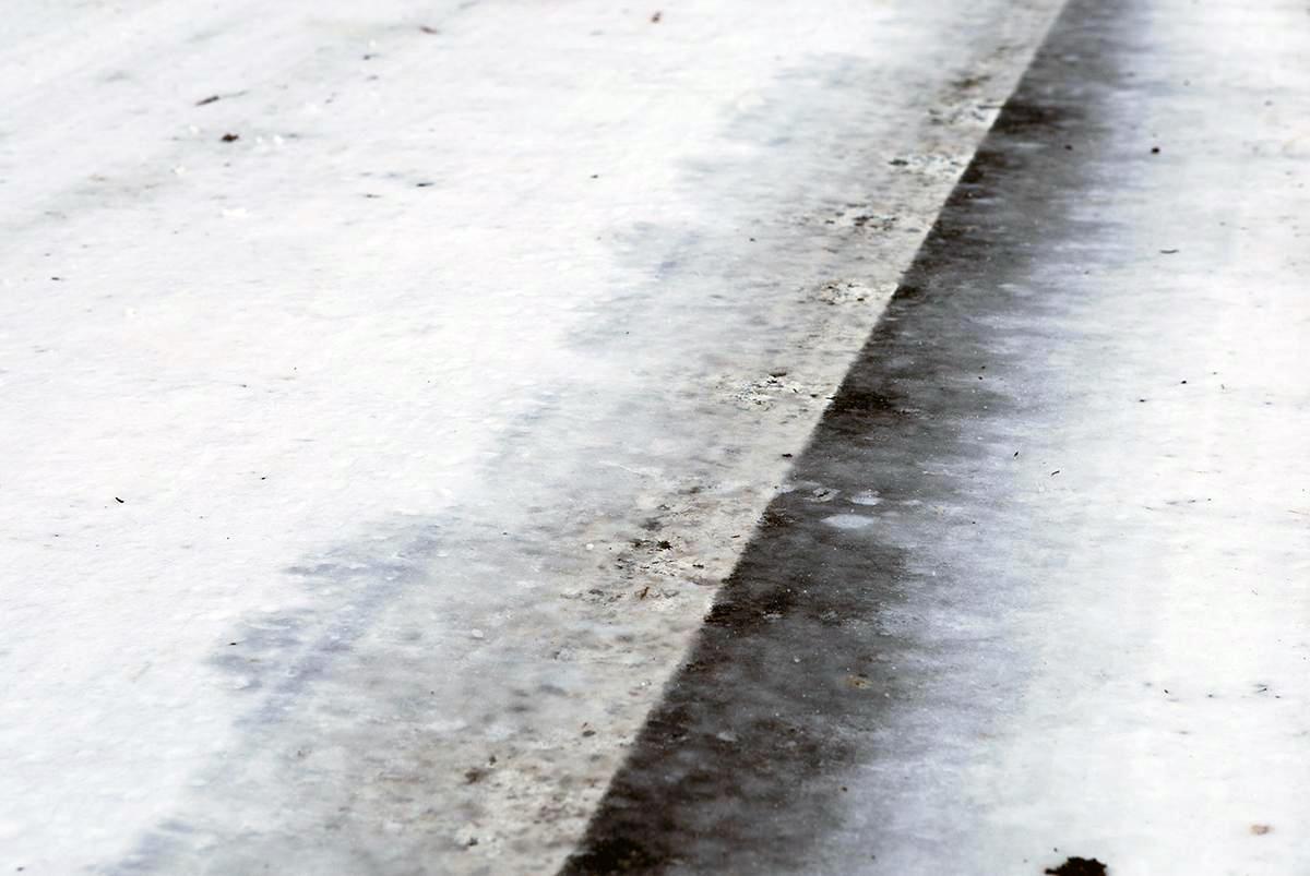 【ウエットと見分けがつかない恐怖のブラックアイスバーン】濡れた路面より3.5倍も制動距離が伸びる凍結路面を見分ける方法と走り方とは